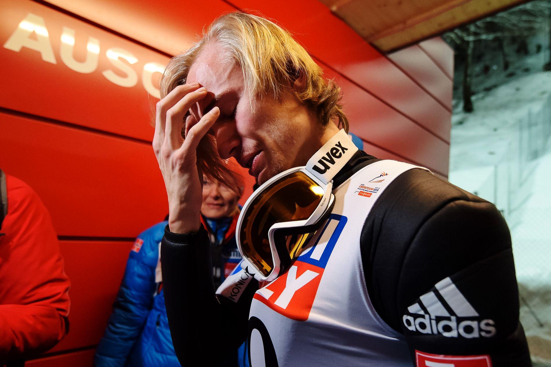 Det var et rørende øyeblikk for Daniel-André Tande da han fikk beskjeden om at han var verdensmester.