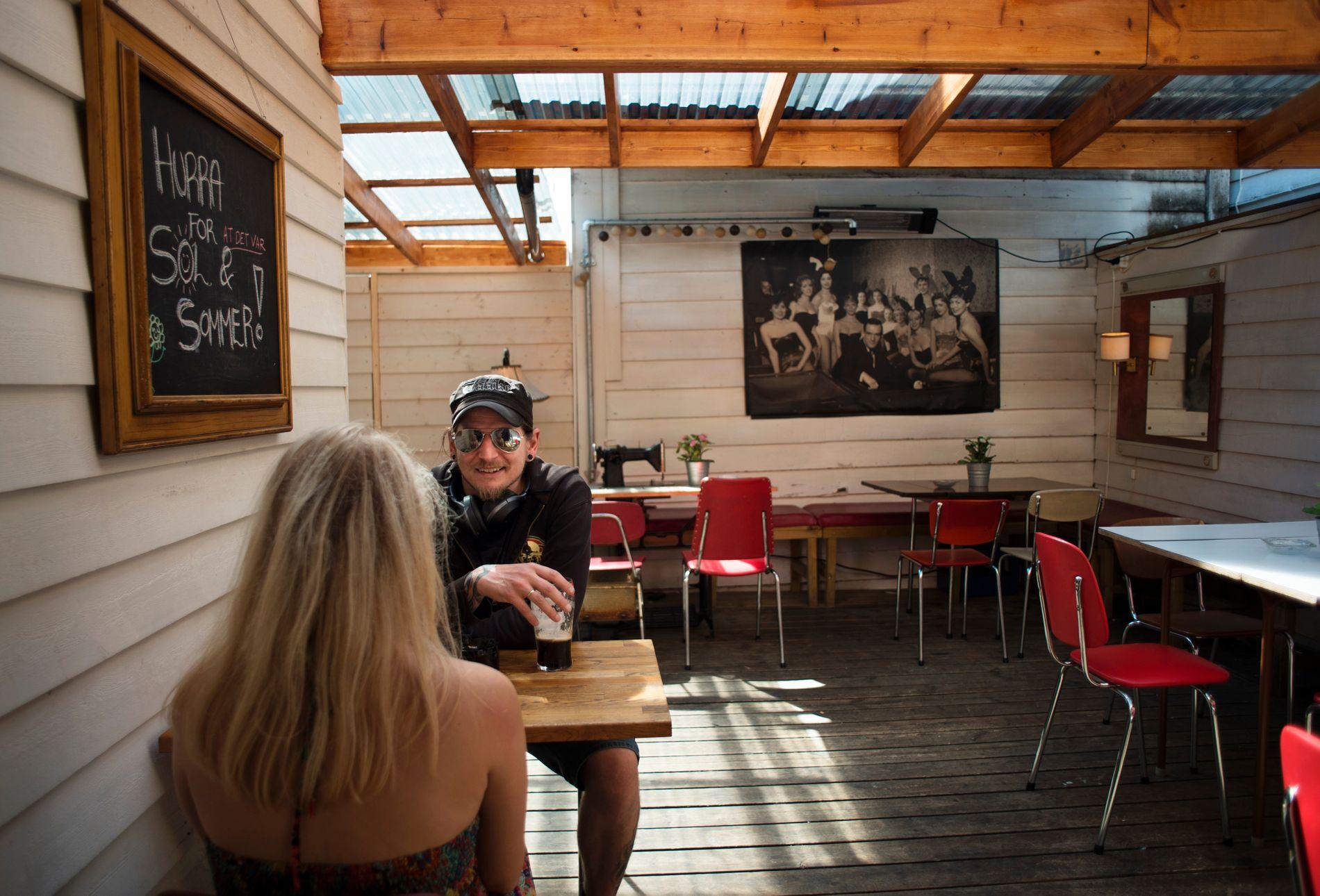 FØR ÅPNING: Det er stille i bakgården før bartender Malin Grov reiser seg for å gjøre klart til åpning.