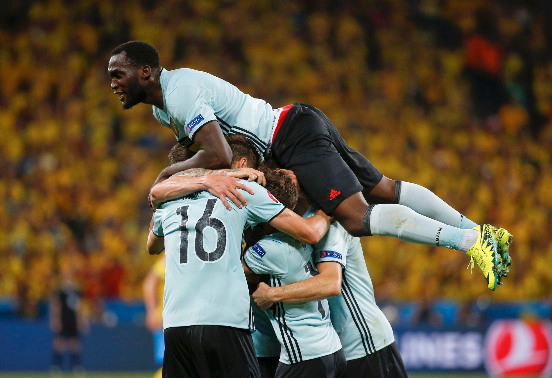 BELGISK JUBEL: Belgias spillere feirer målet som tok dem videre i EM. De møter Ungarn i åttendedelsfinalen.