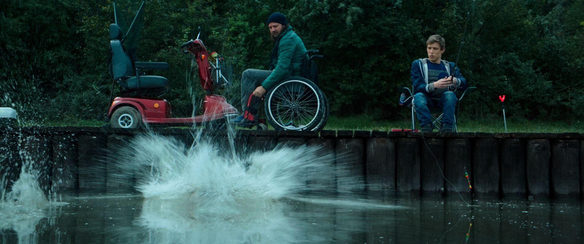 28a6bdca PÅ FISKETUR: Saker og ting går mindre bra når Rupaszov (til høyre) tar  Barba og Zoli (Zoltán Fenyvesi) med på fisketur. byoutline Filmweb