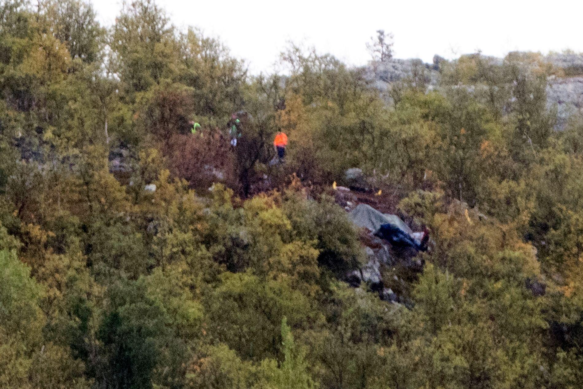 ULYKKESSTEDET: Mannskaper fra politiet og Havarikommisjonen på ulykkesstedet der et helikopter fra Helitrans styrtet lørdag. Seks personer omkom i ulykken.