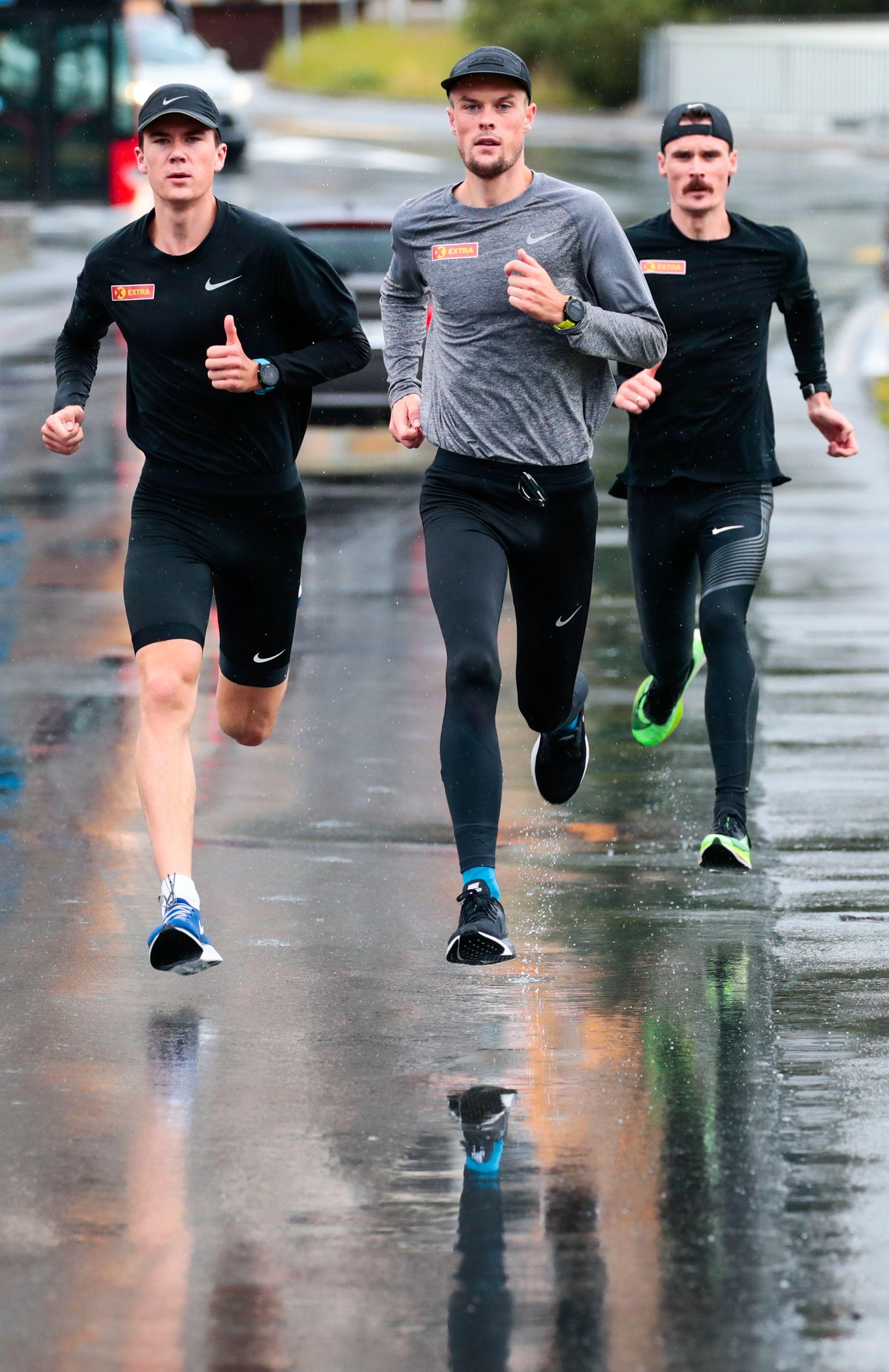 Henrik Ingebrigtsen har en liten drøm om å løpe i samme konkurranse som sine to brødre Jakob (t.v.) og Filip i en VM-finale på 5000 meter. Det kan ende med at Henrik Ingebrigtsen ikke reiser til VM i Doha.