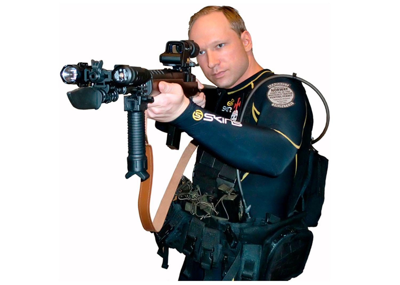 POSERER: I et videoklipp på YouTube lanserer Breivik planene sine for motstandskamp mot islam.