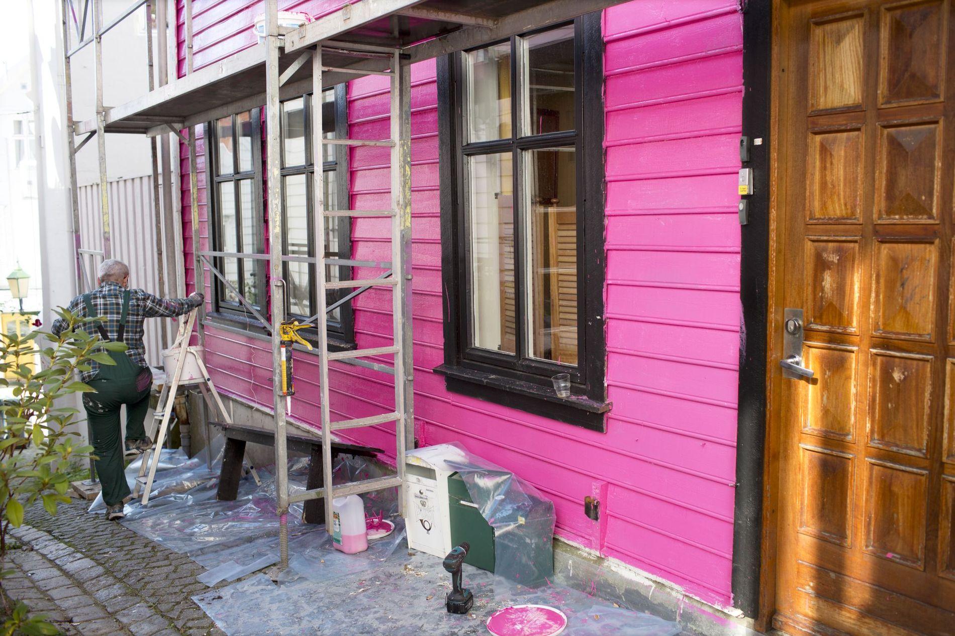 KNALL ROSA: Huset ble først malt i en sterk rosafarge med svarte karmer. Det var denne fargen som skapte rabalder.