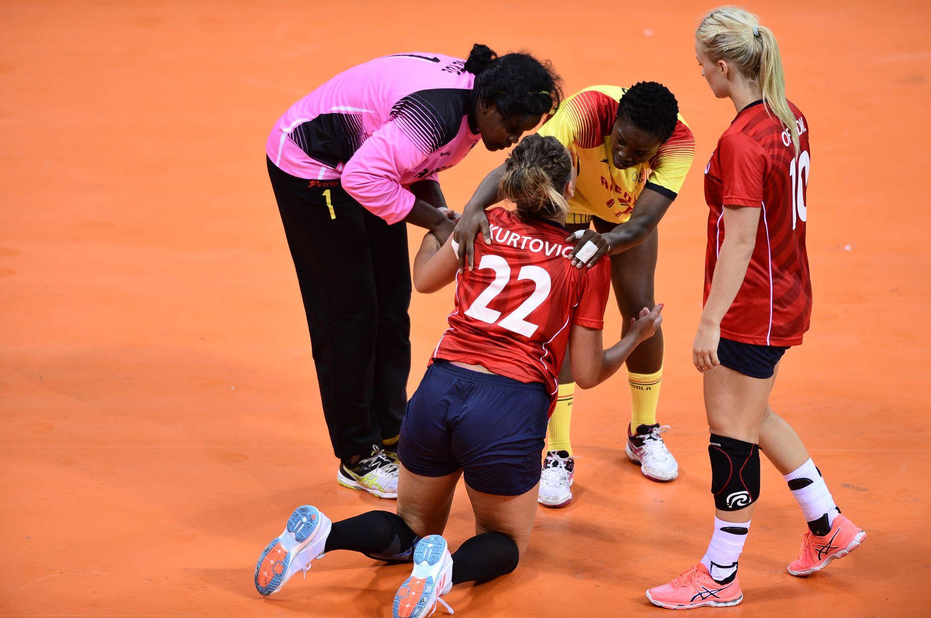 Angola er kjent for å være svært tøffe i spillestilen. Her får Amanda Kurtovic trøst etter en smell.