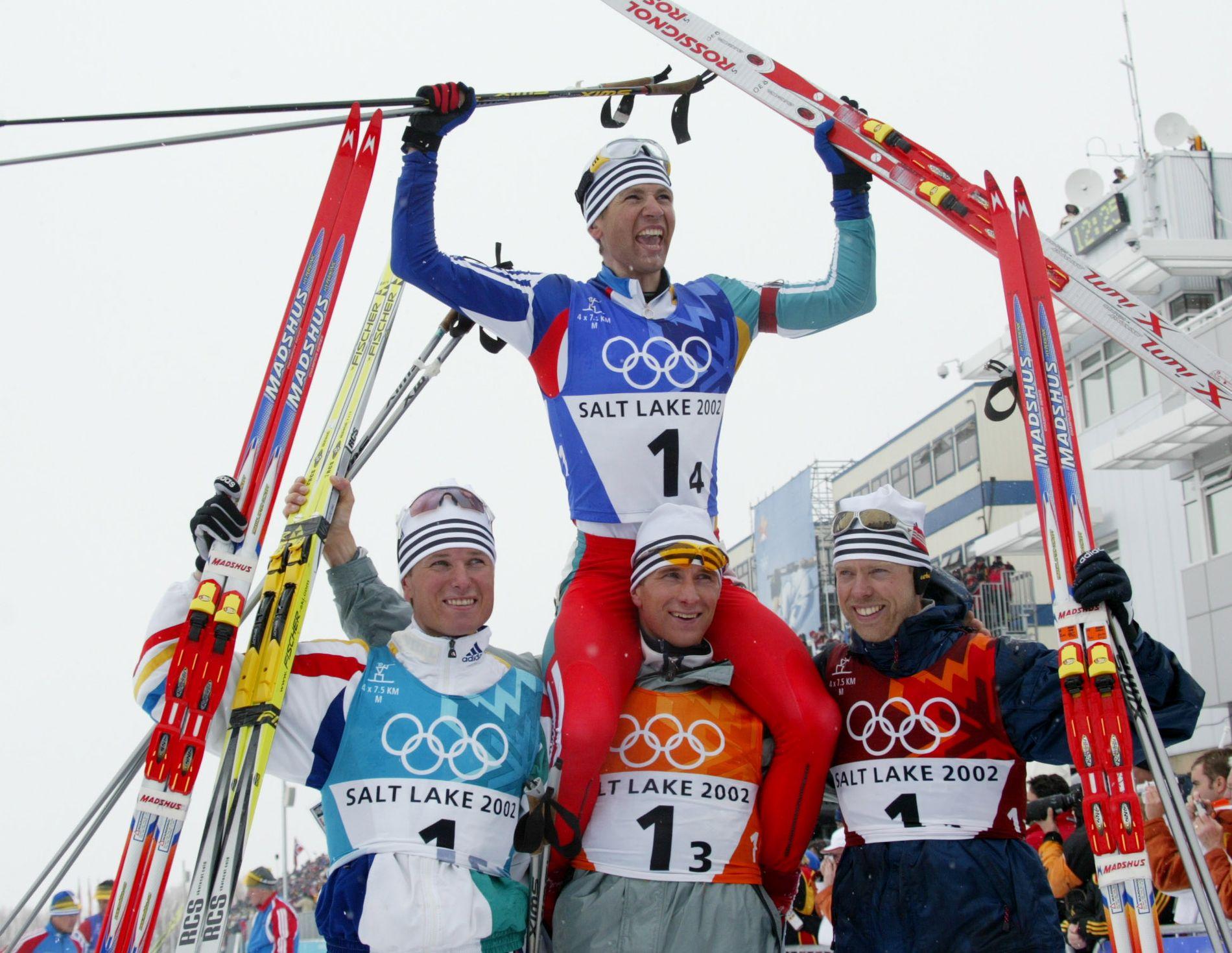 2002 var Bjørndalens aller største år. På stafetten sikret han et perfekt OL: Fire øvelser, fire gull. Her poserer han med lagkameratene som hjalp ham til bragden. Fra venstre: Frode Andresen, Egil Gjelland og Halvard Hanevold.