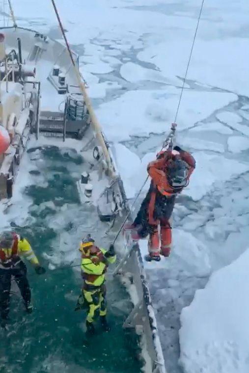 Et redningshelikopter fra Svalbard evakuerte passasjerene som var om bord i MS Malmö. Foto: Sindre Kinnerød / NTB scanpix