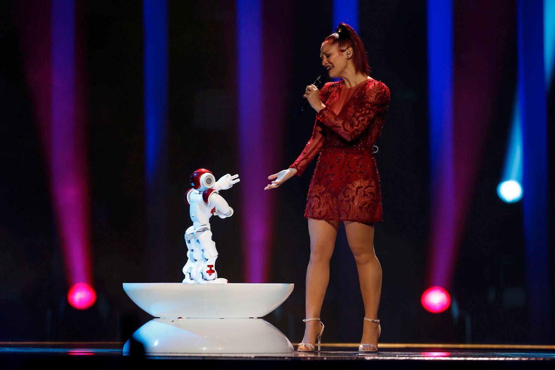 San Marino har funnet en robot på et lager og tatt den med seg opp på scenen til sin enerverende poplåt.
