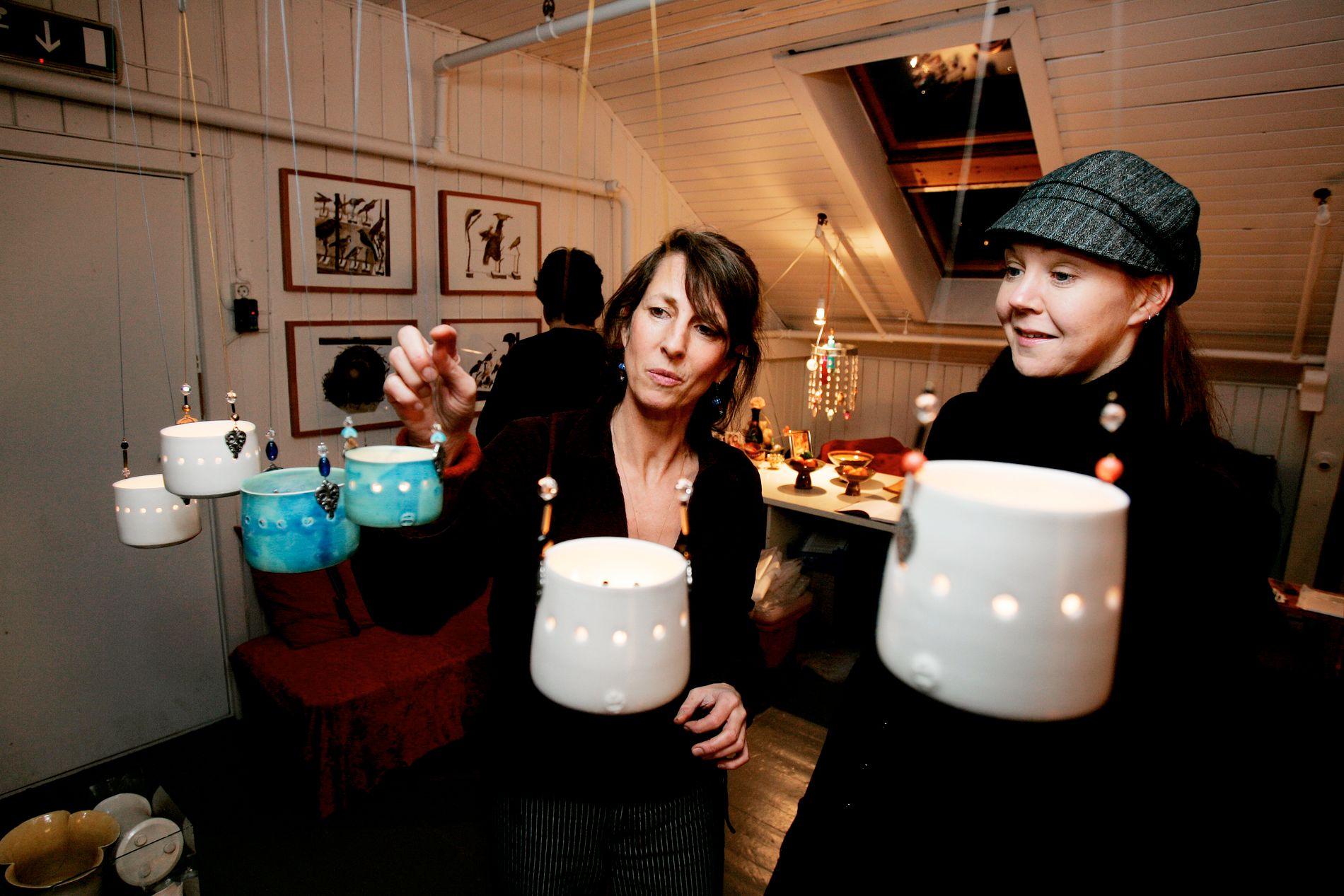 VELKOMMEN INN: Under B-open kan man besøke en rekke kunstnere i deres atelier. Her fra 2006, da Birgitte Brühl (til v.) tok imot Inger Hilde Zahl og andre gjester.
