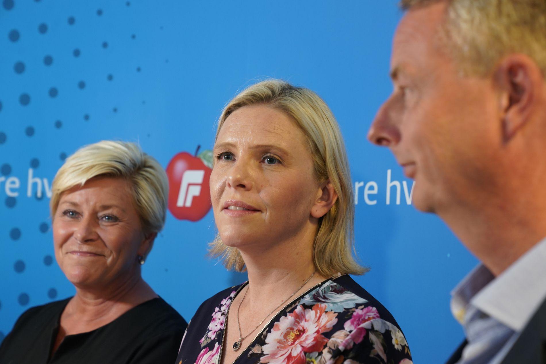 DRAMA: Frp-leiar Siv Jensen og nestleiarane Sylvi Listhaug og Terje Søviknes verka letta då dei fortalde om brei tilslutning til bompengeskissa under ein pressekonferanse søndag.