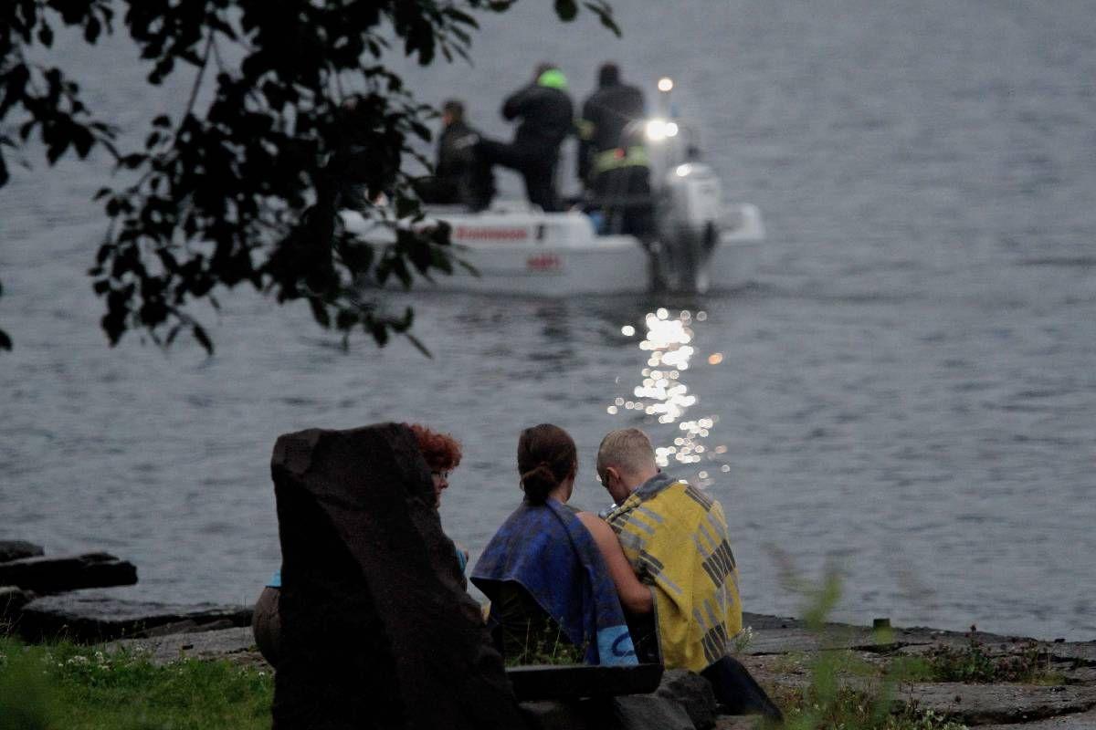 VITNER TIL MASSAKRE: Fortvilte ungdommer ble tatt i land etter redselstimene på Utøya i går kveld.   Minst ti av deres kamerater skal ha blitt drept da en mann forkledd som politimann åpnet ild mot uskyldige, ubevæpnede ungdommer.