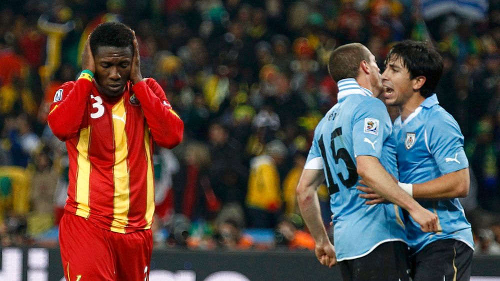 Ghana's Asamoah Gyan (L) reacts after missing a penalty kick during extra time in the 2010 World Cup quarter-final soccer match against Uruguay at Soccer City stadium in Johannesburg July 2, 2010.  REUTERS/Kai Pfaffenbach (SOUTH AFRICA  - Tags: SPORT SOCCER WORLD CUP)