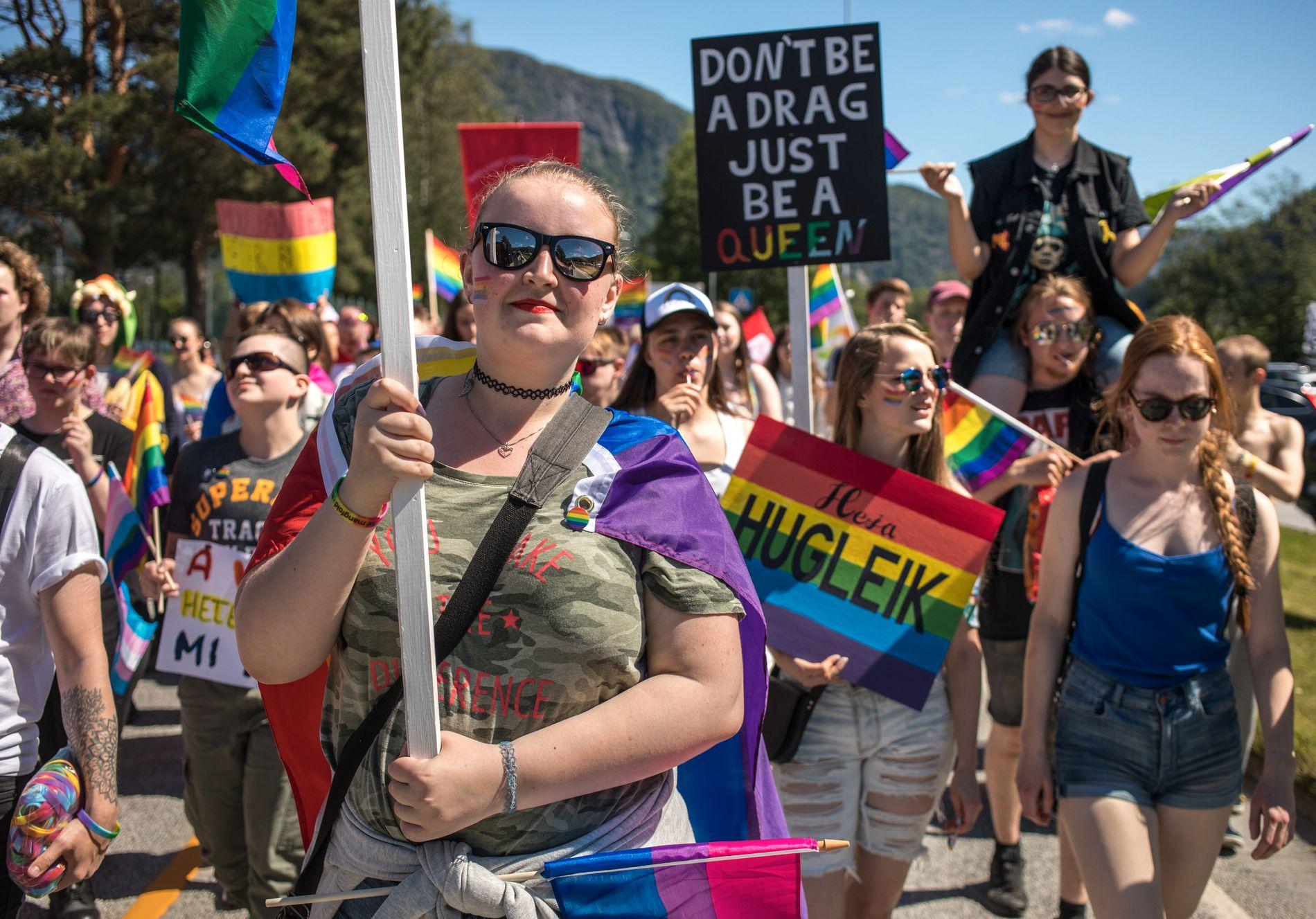 HISTORISK: Eit tusental menneske møtte opp i den første Pride-paraden som er arrangert i Sogn og Fjordane nokon gong.