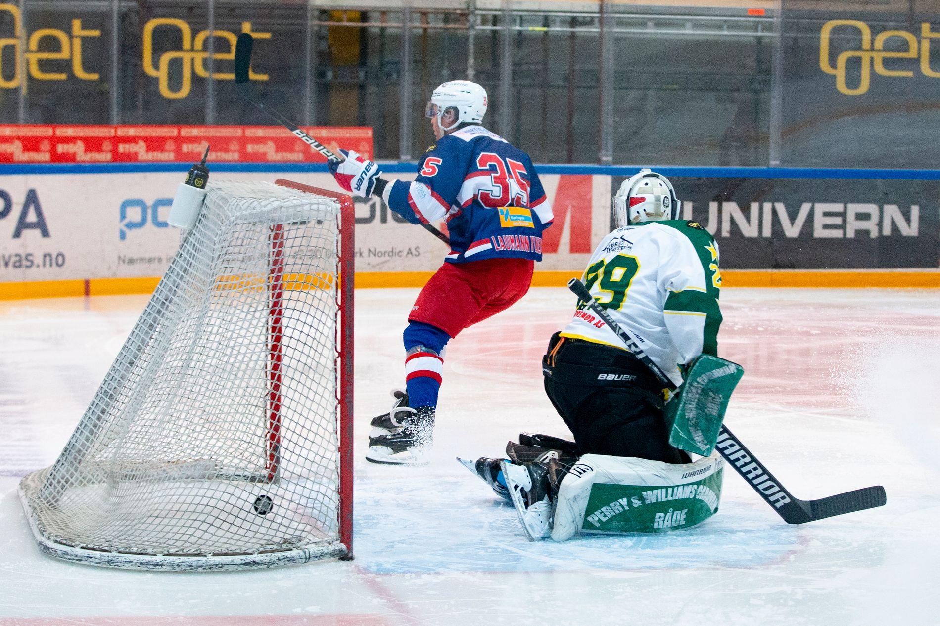 Vålerengas Martin Laumann Ylven satte inn 1–0 bak Manglerud keeper Kris Joyce under eliteseriekampen i ishockey mellom Vålerenga og Manglerud i Furuset Forum torsdag kveld. Til slutt vant Vålerenga 5–1. Foto: Fredrik Hagen / NTB scanpix.