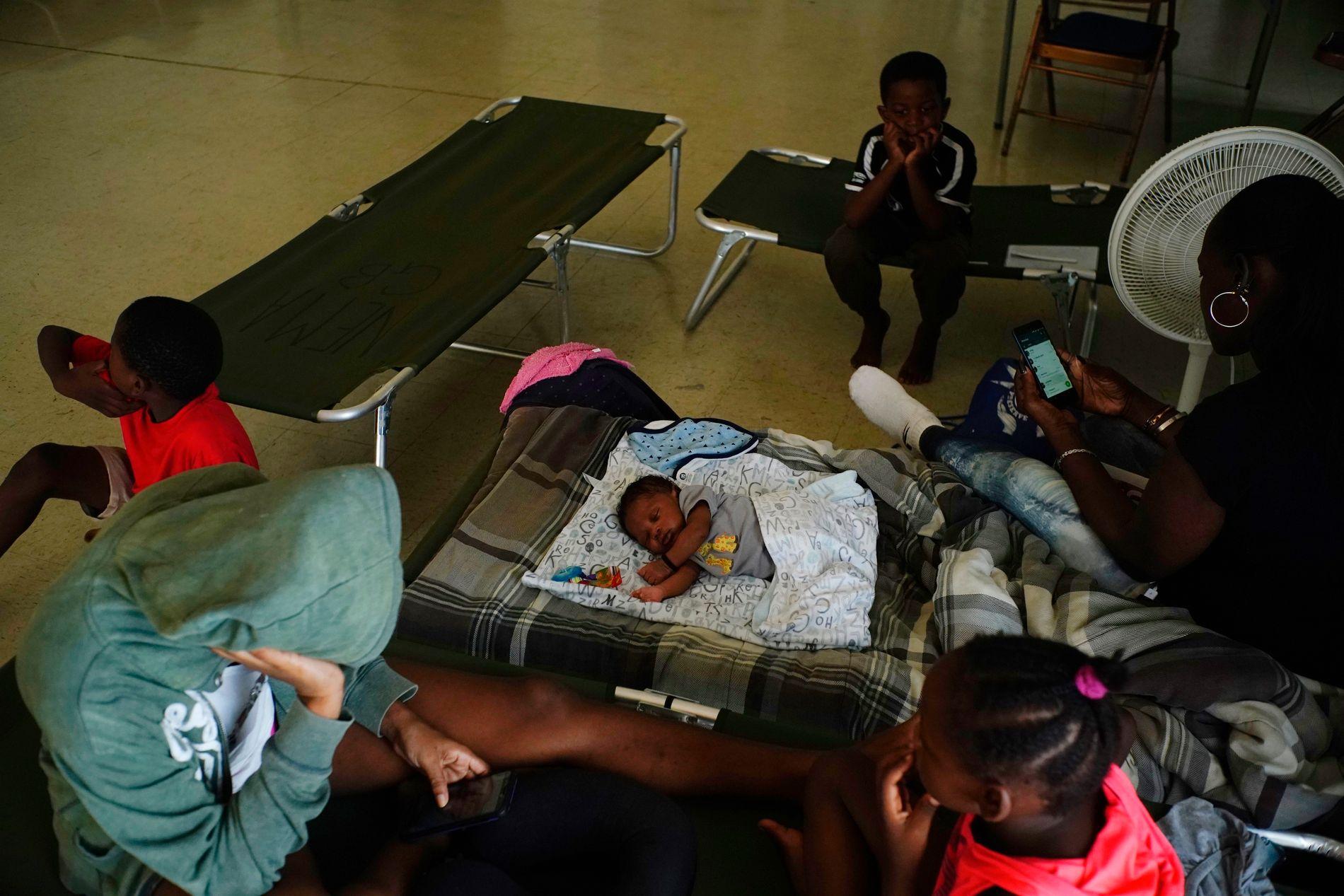 EVAKUERT: Innbyggere har blitt evakuert til en kirke som er opprettet som tilfluktsrom etter at orkanen Dorian traff Bahamas søndag.