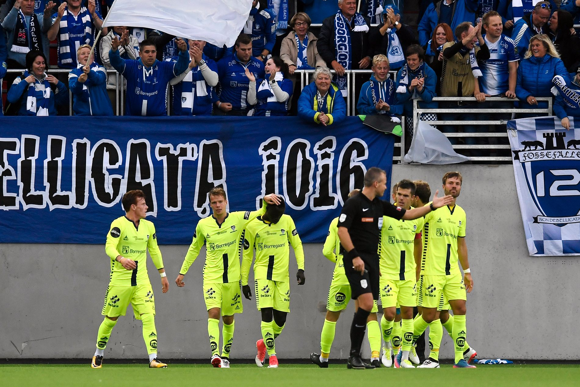 Krépin Diatta (midt i bildet) og Sarpsborg-spillerne feiret 0–2 foran sine supportere.