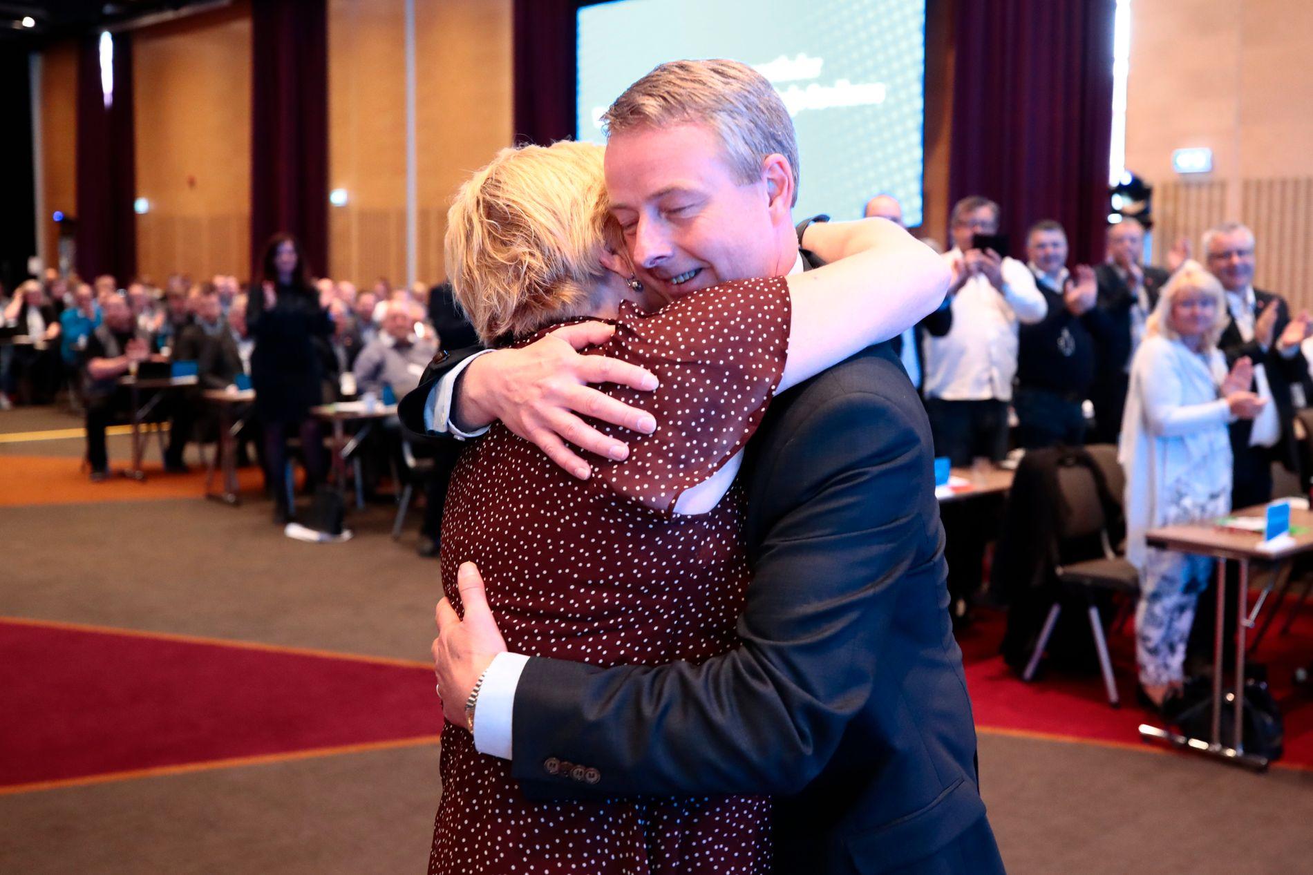 FELLES HISTORIE: Terje Søviknes får en god klem av Siv Jensen etter å ha blitt valgt til ny nestleder i Frp.