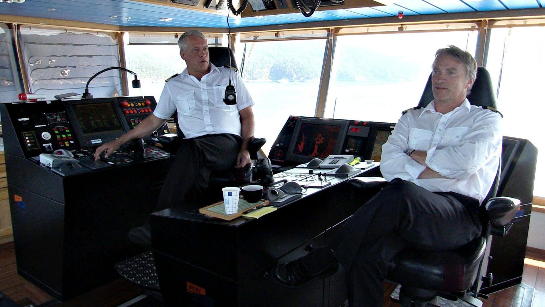 Tore André Pettersen og Agnar Blåsternes manøvrerer «Bergensfjord» fra Fjord1 stødig mellom Sandvikvåg nord på Stord og Halhjem rett sør for Os, sommeren 2014.
