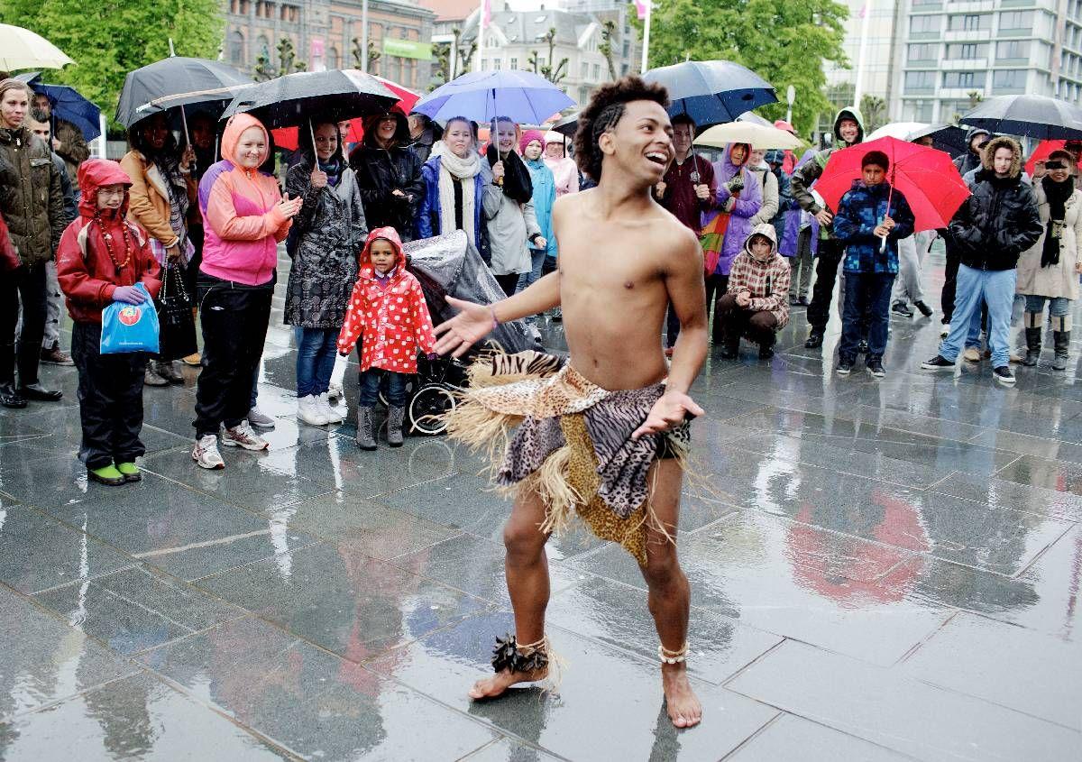 KALD FORNØYELSE: Selv om regnet silte ned, greide barføtte Louis Handberg fra Grupo Cultural de Beija Flor fra Sao Paolo i Brasil å varme hustrige, våte paraplybergensere med sin brasilianske danseglede.