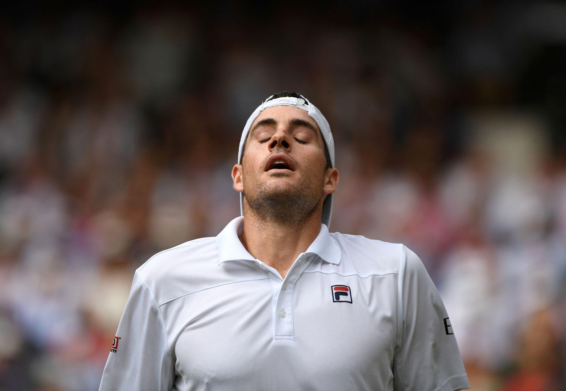 John Isner måtte til slutt akseptere nederlaget – etter seks timer og 35 minutter på Wimbledons Centre Court.