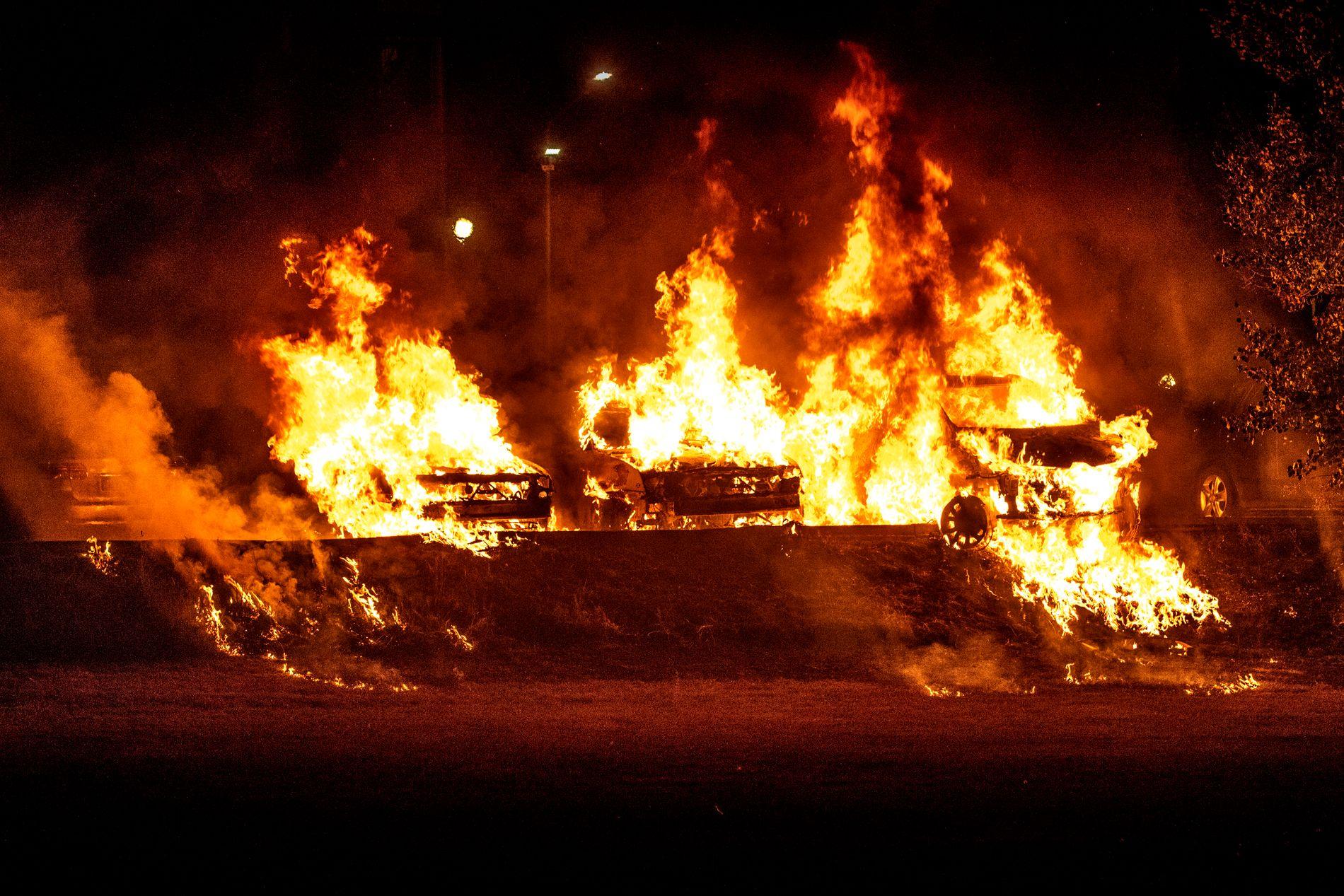 TROLLHÄTTAN: Biler i brann i Trollhättan i Sverige seint mandag kveld.