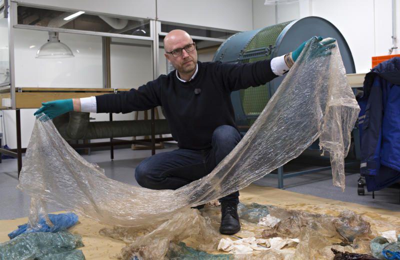 PLASTHVALEN: Zoolog Terje Lislevand viser fram mageinnholdet fra en gåsenebbhval som ble funnet på Sotra. «Plasthvalen» førte til en stor innsats for å fjerne plast fra norsk kystnatur. «Kontrollen med plastavfallet må åpenbart styrkes, dersom Norge skal møte EUs mål om plastgjenvinning de neste tiårene», mener BT.