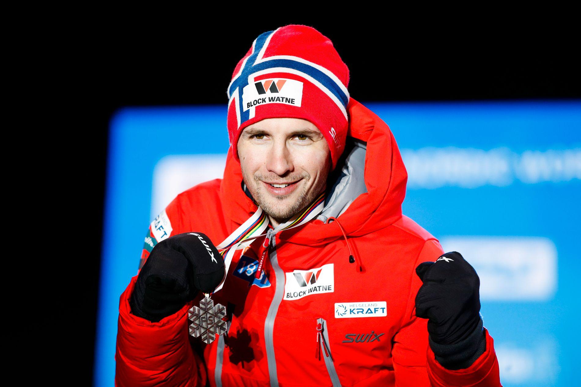 Jan Schmid på podiet etter å ha tatt Norges første individuelle VM-medalje i kombinert på ti år.