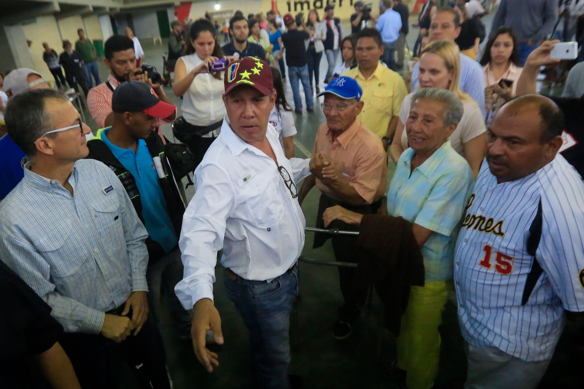 KREVER NYTT VALG: Presidentkandidat Henri Falcón står sammen med flere støttespillere søndag. Han sier valget i Venezuela mangler legitimitet og krever et nytt.