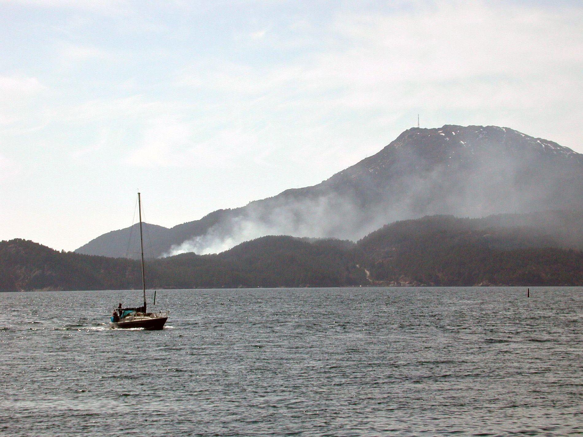 SIGGJO: Det høgaste fjellet på Bømlo (474 moh.) er synleg frå store delar av Sunnhordland, og på klare dagar frå byfjella i Bergen. Her sett frå Sagvåg på Stord.