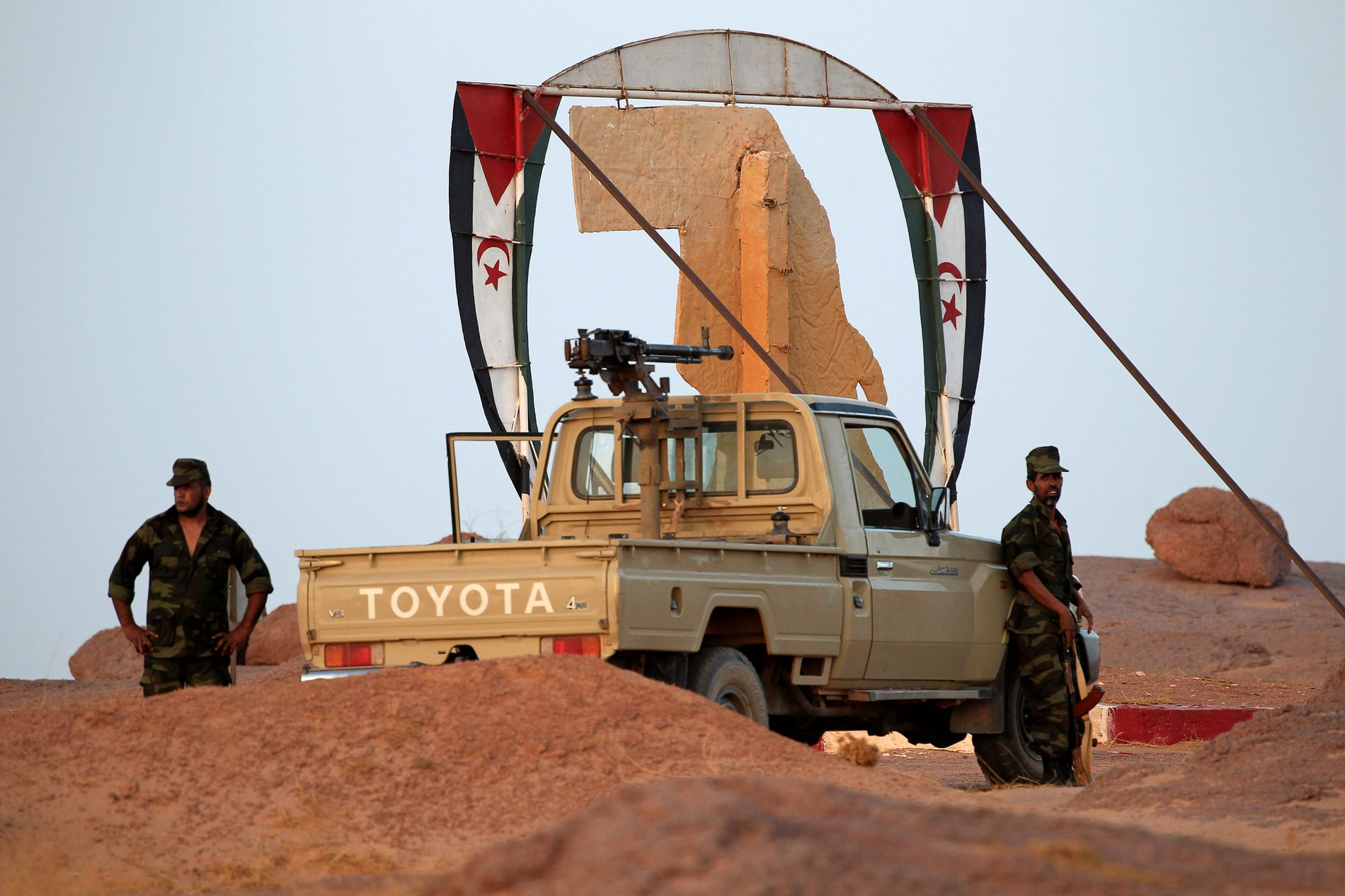 KJEMPER FOR SELVSTENDIGHET: Polisario Front-soldatene står ved inngangen til Bir Lahlou. De kjemper for et selvstendig Vest-Sahara.