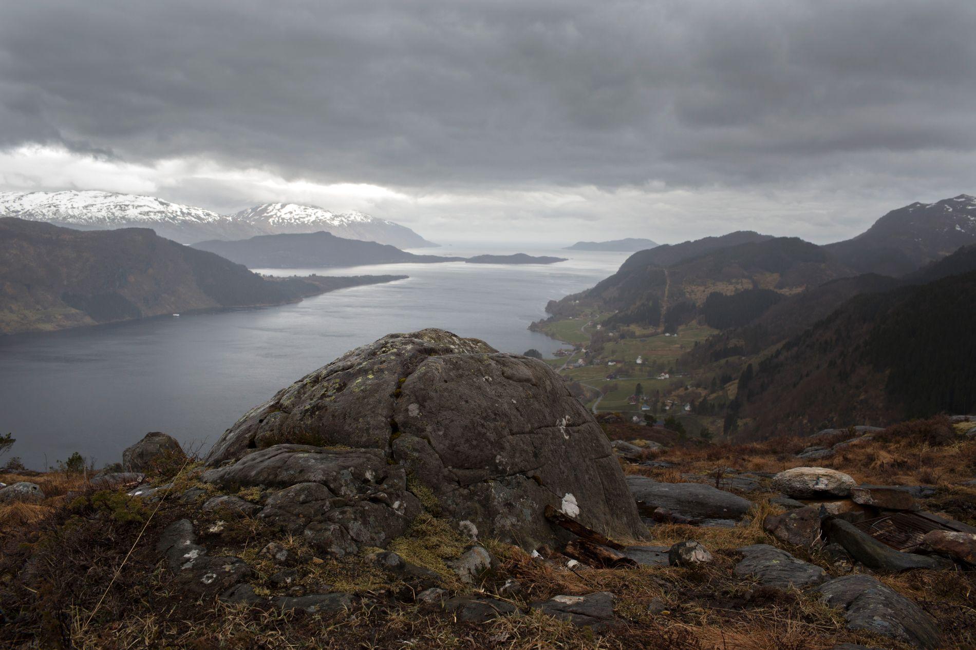 PÅ DJUPT VATN: Her, i Førdefjorden, kjem det eit sjødeponi frå gruvedrifta i Engebøfjellet. No skal det same skje i Repparfjorden i Vest-Finnmark.