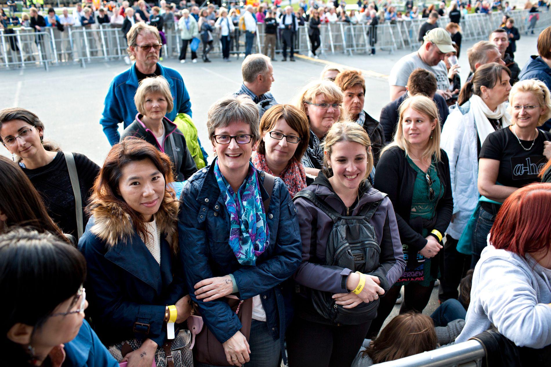 LANGVEISFRA: Ved scenekanten står (fra v.) Yentung Chan fra Taiwan, Elizabeth West fra Storbritannia, Claudia Armer fra Tyskland og Laura Enriquez fra Argentina. Alle har reist ens ærend til Bergen for å se A-ha.