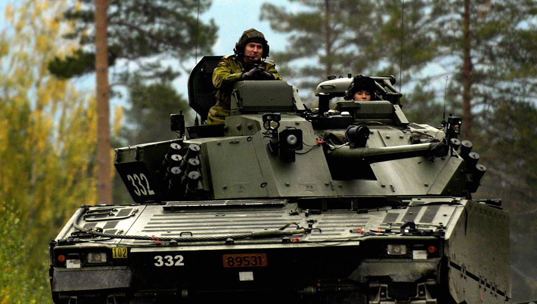 ALT PÅ EN GANG: Hæren skal endre 2. bataljon fra lett infanteri til en tung, pansret styrke, skifte ut artilleriets eldgamle hovedskyts, innføre nye stridsvogner, opprette et nytt jegerkompani i Øst-Varanger, en ny kavaleribataljon i Porsanger – uten å få økt bemanning eller mer materiell, skriver gjesteskribent Ståle Ulriksen.