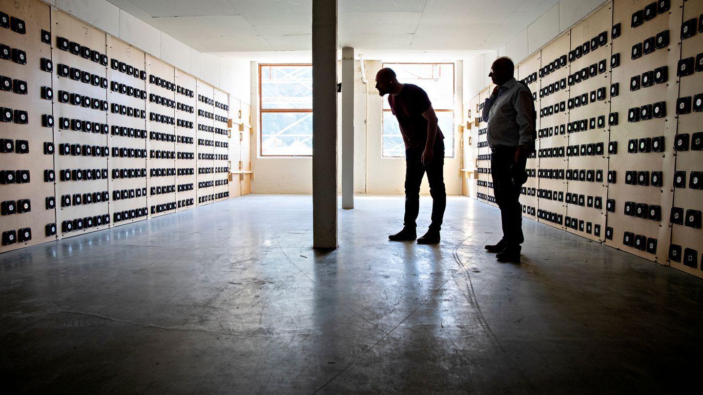 OMSTRIDT: Firmaet Kryptovault Dale AS utvinner kryptovalutaen bitcoin i lokalene til den gamle tekstilfabrikken. Dette er ufornuftig bruk av energi, mener innsenderen.