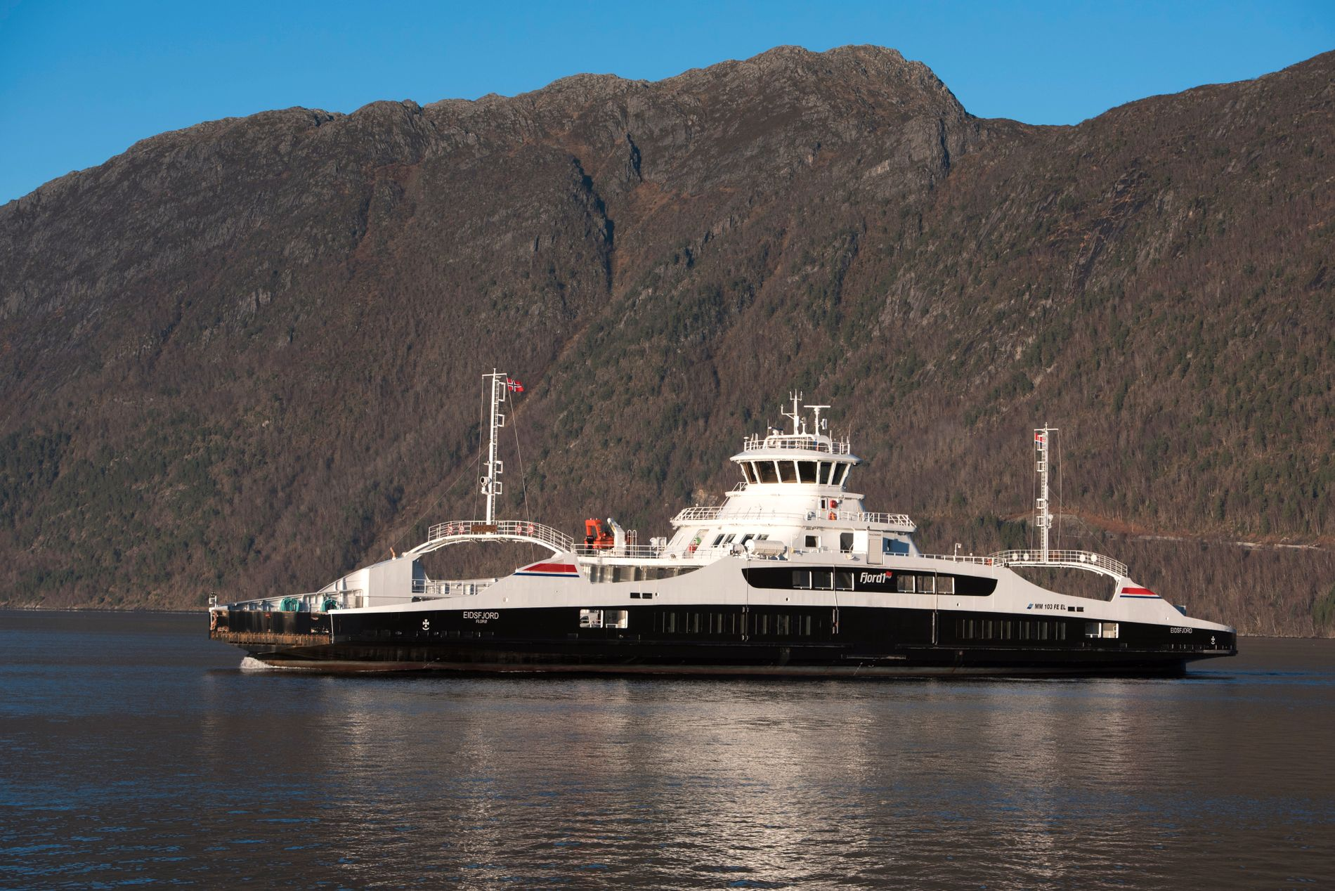 ERSTATTES MED BRO?: Den elektriske fergen «Eidsfjord», som går mellom Anda og Lote i Nordfjord.