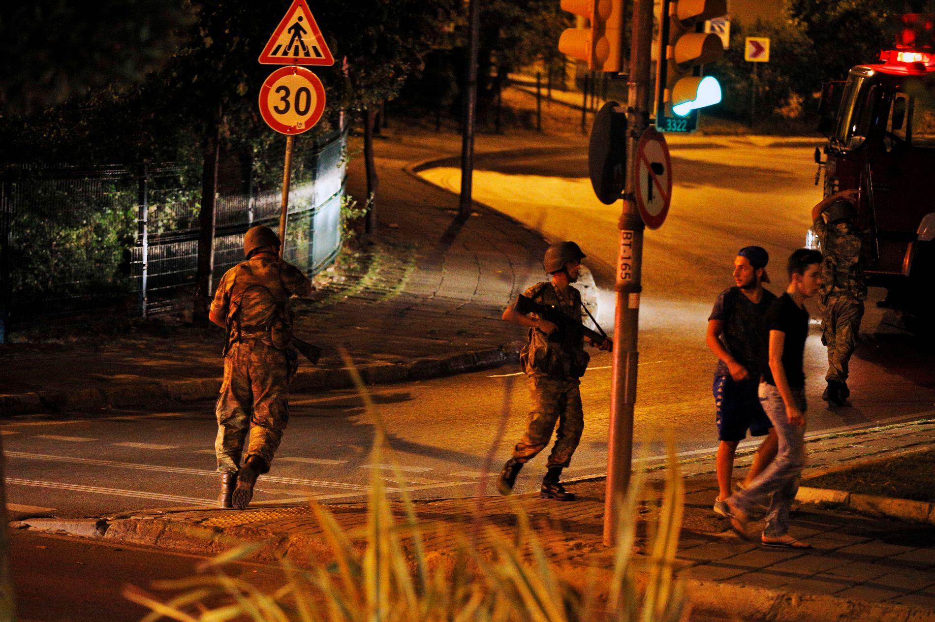 KAOTISK: Det tyrkiske militæret opplyser på statlig TV at det har tatt makten i landet. Det er innført unntakstilstand og portforbud i landet.