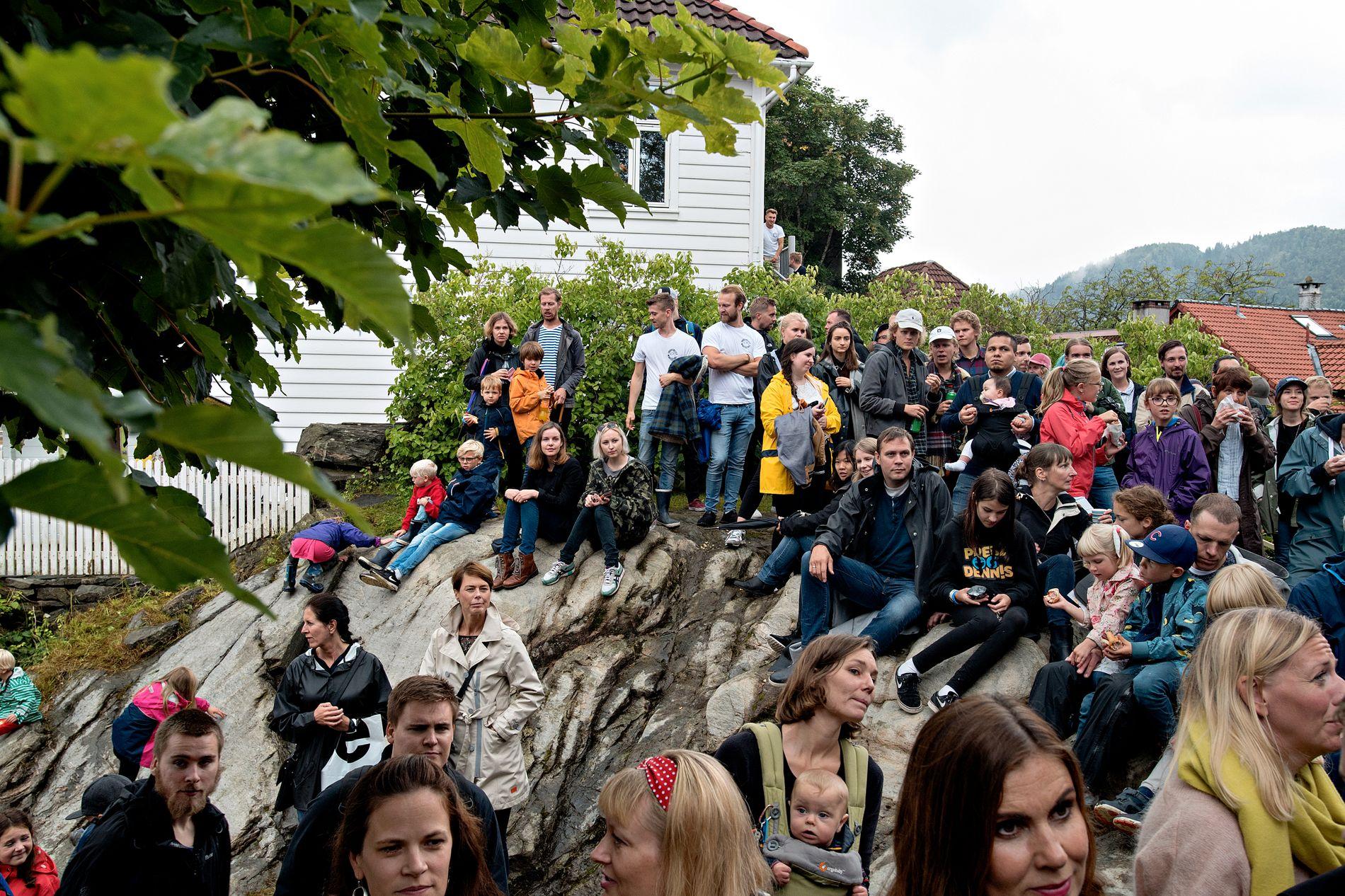 DRAGEFJELLET: Værvarselet for kommende lørdag tyder på at det også i år er greit med regntøy på Dragefjellet Minifestival. Bildet er fra i fjor.