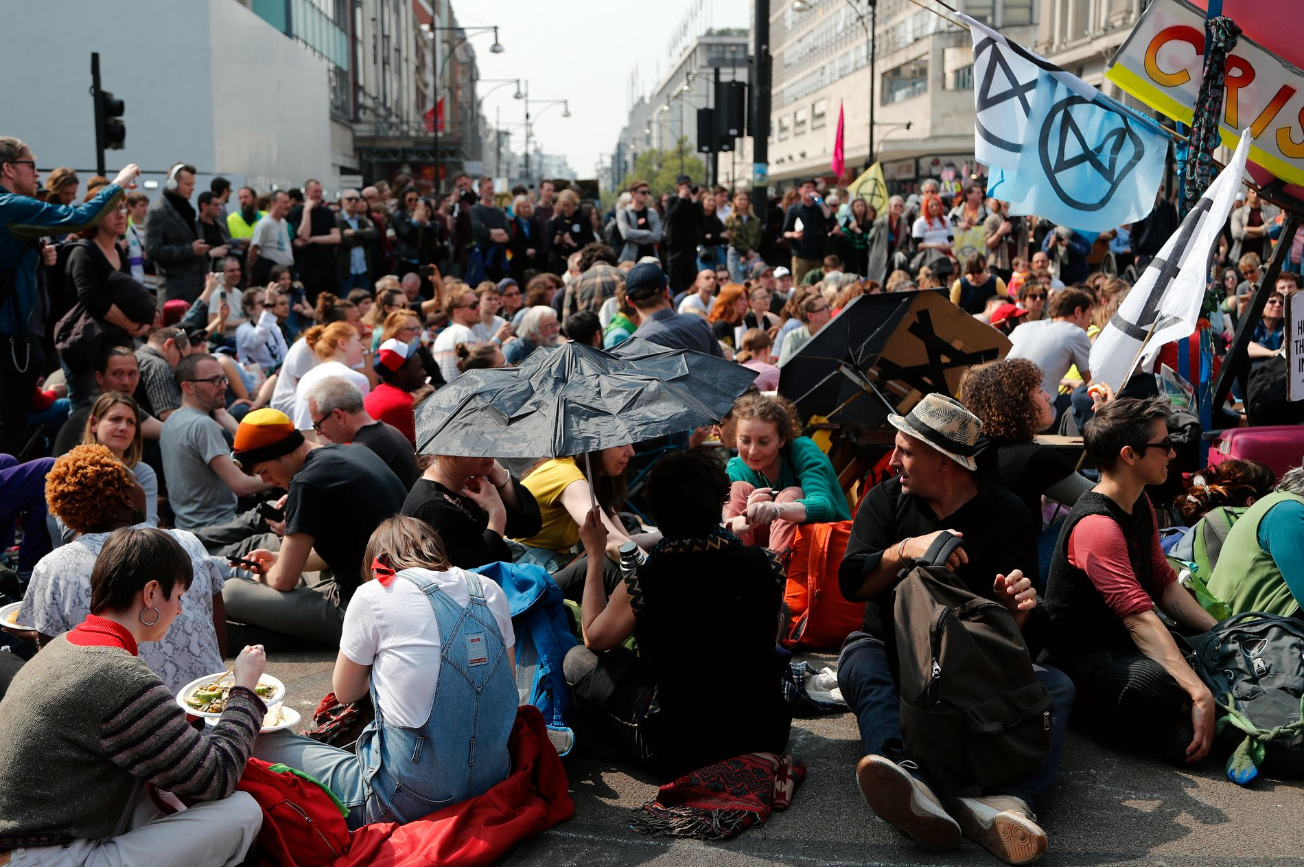 BLOKKERER: Demonstranter blokkerer Oxford Circus i London som en del av klimaprotestene arrangert av klimaaktivistgruppen Extinction Rebellion.