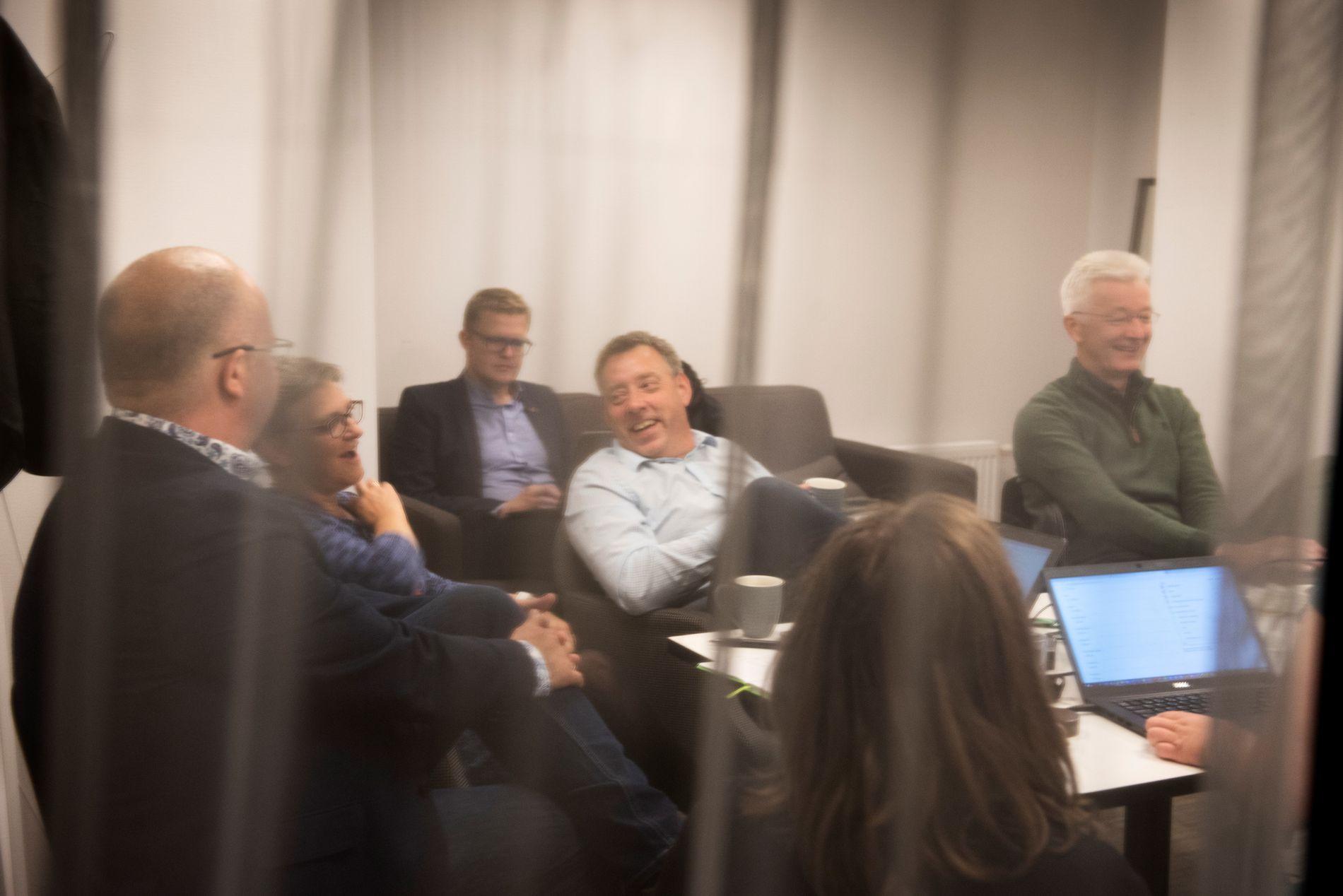 FORHANDLER: Slik så det ut da KrF og Sp møttes til sonderinger valgnatten. Nå er det seks partier som forhandler om samarbeid i fylket. Fra venstre Sigurd Reksnes (Sp), Trude Brosvik (KrF), Pål Kårbø (KrF), Stein Robert Osdal (KrF) og Jon Askeland (Sp).