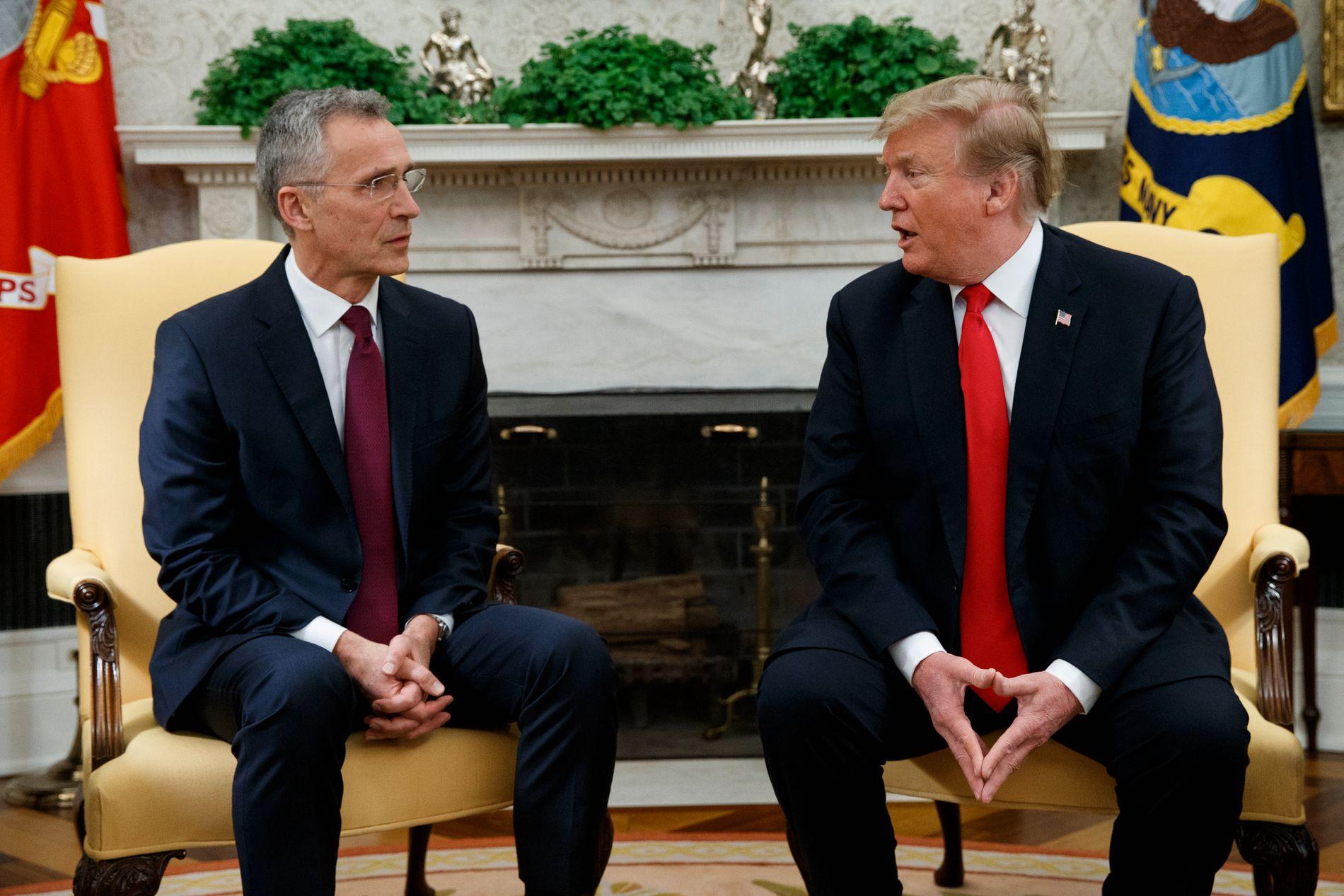 OMSTRIDT KRAV: Det stemmer ikke at Norge bruker lite på forsvar, mener innsenderen. Nato-sjef Jens Stoltenberg (til venstre) og USAs president Donald Trump krever at Norge skal bruke to prosent av bruttonasjonalproduktet på forsvar.