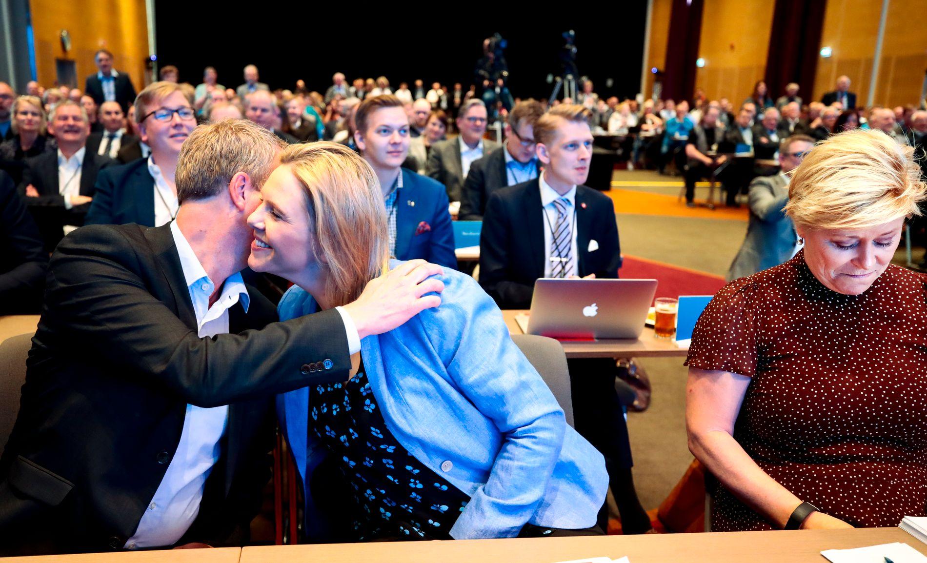 TO NESTLEDERE: Sylvi Listhaug gratuleres av Terje Søviknes etter å ha blitt valgt til 1. nestleder.