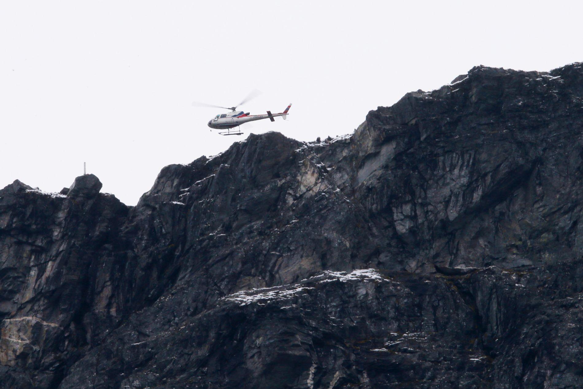 Et helikopter med geologer fra NVE over området ved Veslemannen fredag formiddag. Har gått flere steinsprang i løpet av natten. Det var i går kveld de første store rasene gikk. Foto: Ørn E. Borgen / NTB scanpix