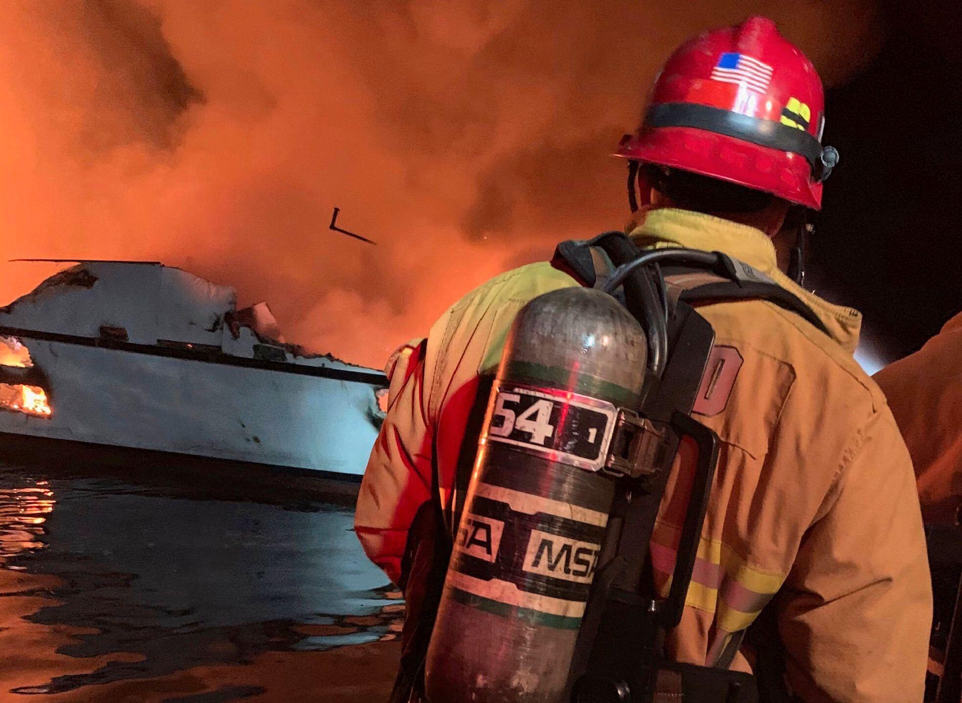 Minst 39 mennesker skal ha oppholdt seg om bord i den 75 fot store dykkerbåten som begynte å brenne utenfor kysten av California natt til mandag. Bare fem er bekreftet reddet. Foto: AP / NTB scanpix