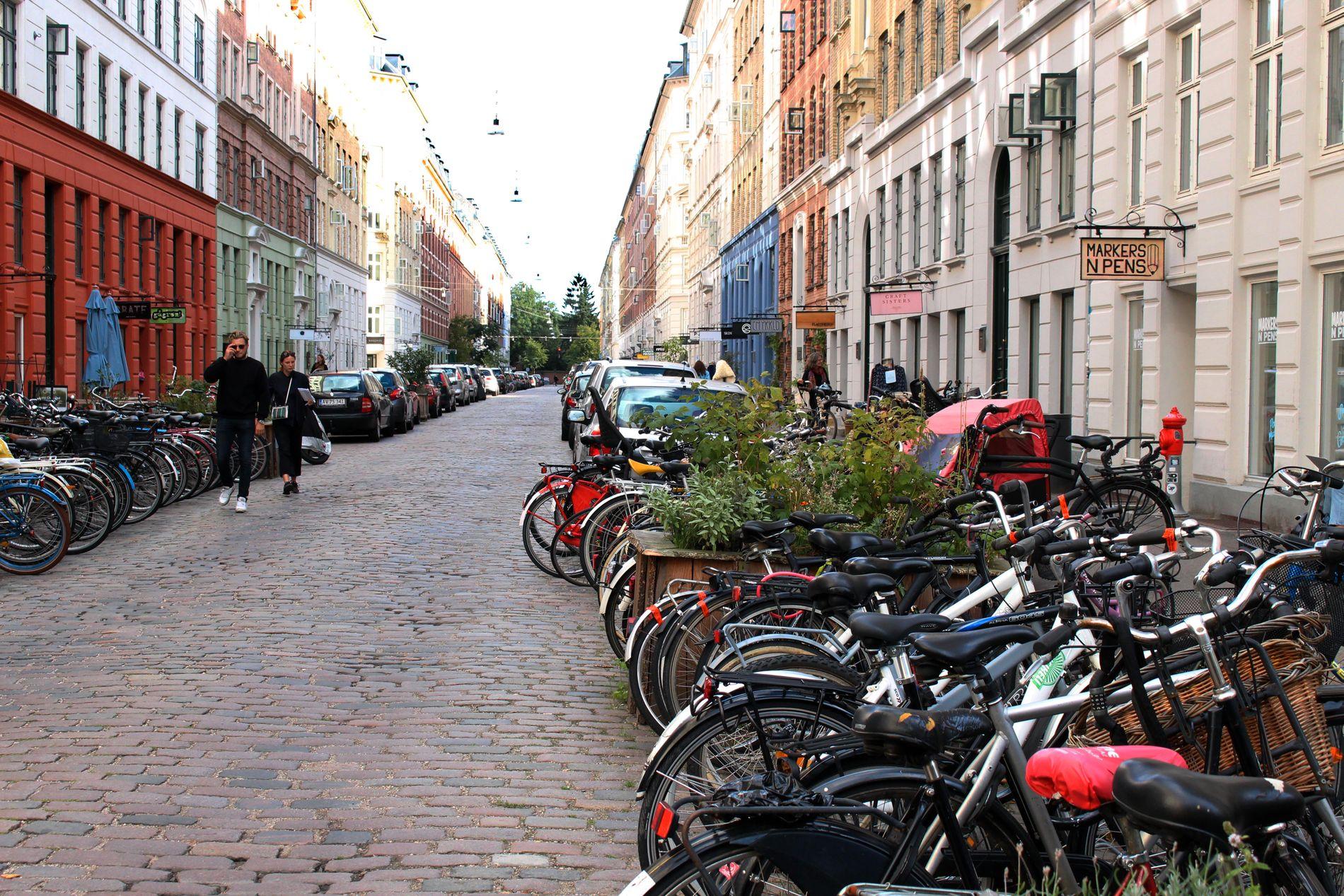 HERLIG GATE: Syklene står parkert langs hele gaten, i en salig blanding med bilene. Blomsterbutikker, karamellsjappe, restauranter, kafeer, bruktbutikker og andre nisjebutikker er noe av det du finner i den 350 meter lange gaten.