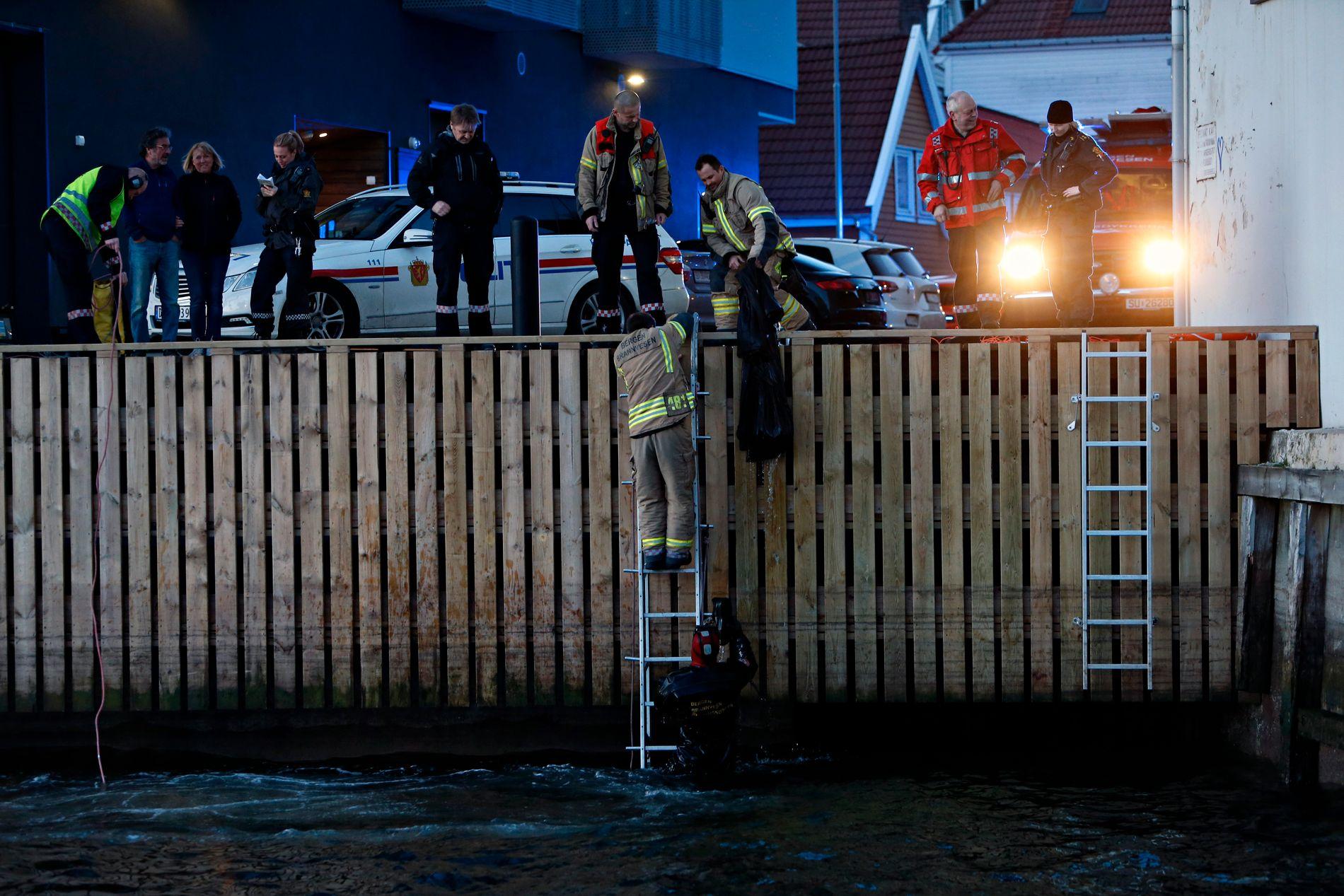 REDDET: Fredag kveld falt en mann i sjøen ved Nøstet. Kjersti Kismul og mannen Knut Hansen (oppe til venstre i bildet) oppdaget mannen utenfor vinduet og løp ut med en redningsbøye.