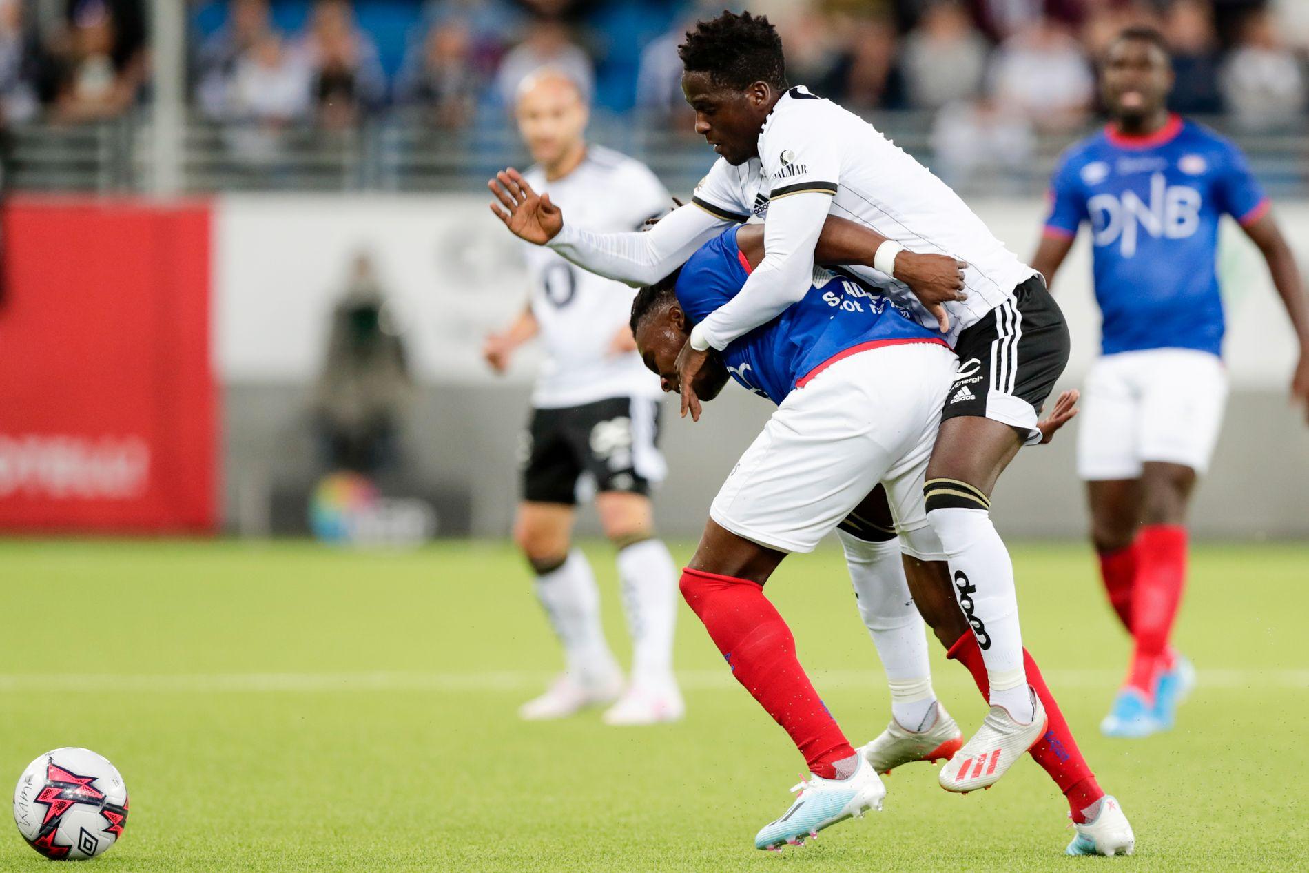 Vålerengas Sam Adekugbe og Rosenborg David Akintola var i flere tøffe dueller.