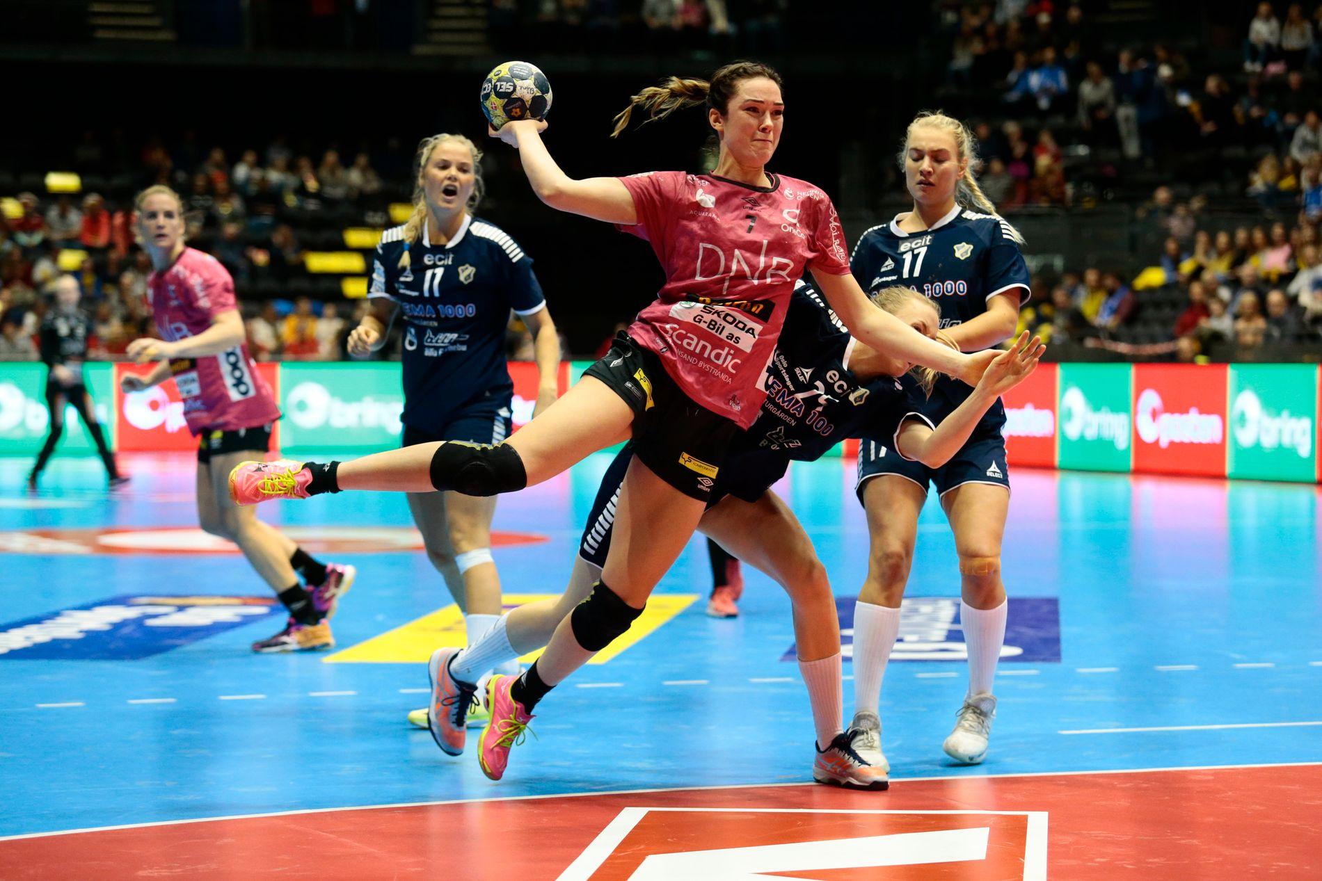 Kari Skaar Brattset skyter under NM-finalen mot Stabæk i 2017.