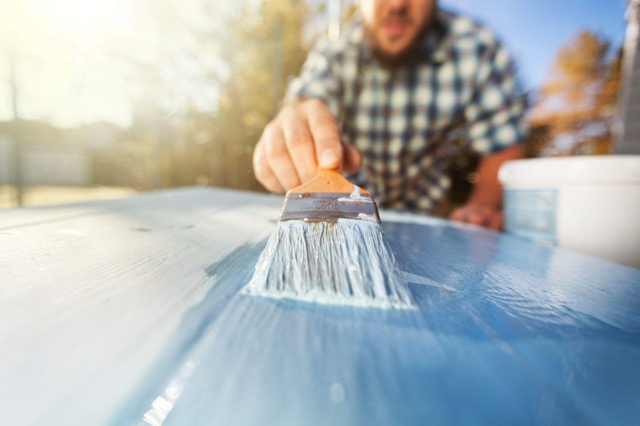 Fest et stykke tape eller utendørs maskeringsteip på kledningen og vente en stund. Hvis malingen følger med når du drar av teipen, har du et problem.