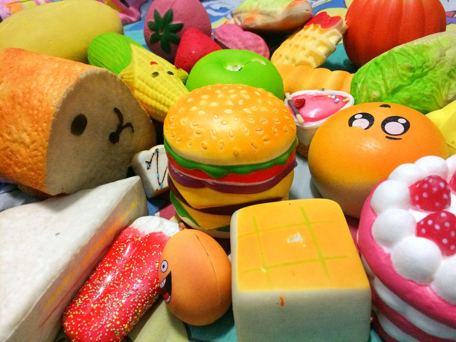 LEKENE: Squishier er fargerike og myke skumfigurene i flere forskjellige varianter, og ser ofte ut som dyr eller matvarer.