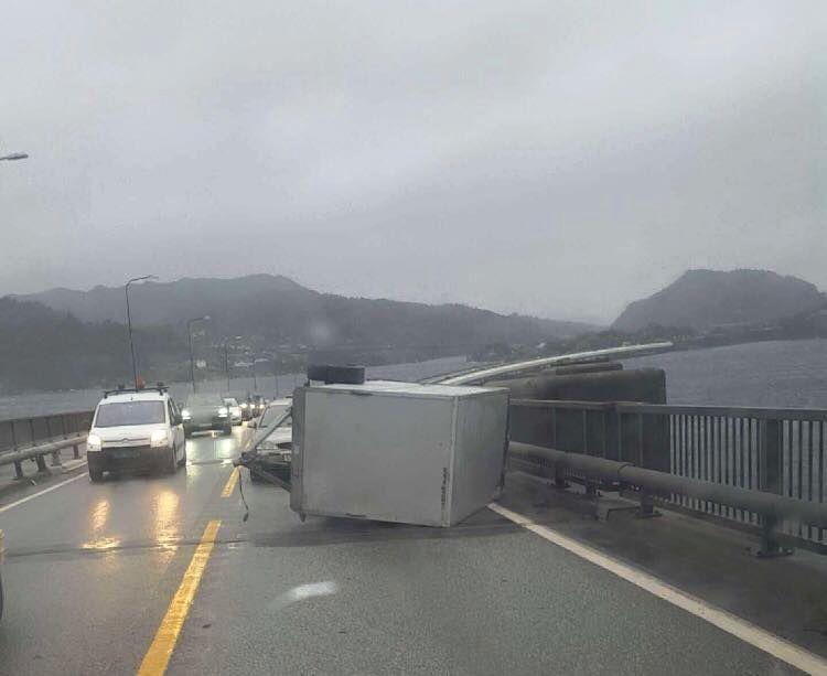 NORDHORDLANDBRUA. En henger blåste over ende og traff en annen bil i 13-tiden. Ingen ble skadet.